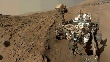 ASTRONOMIE INFO : LE ROBOT CURIOSITY RÉVÈLE UNE ÉTONNANTE DIVERSITÉ D'ENVIRONNEMENTS SUR MARS ! Grâce à Curiosity, qui se promène dans le cratère Gale, les scientifiques brossent un portrait toujours plus riche et vivant du passé de Mars. Un passé où, visiblement, la planète bénéficiait d'un climat plus doux et humide, compatible avec une vie microbienne. De nouvelles analyses montrent une diversité d'environnements inattendue dans cette région qui fut autrefois un lac. Sur la carte les différents points examinés par Curiosity sur l'affleurement rocheux de Pahrump Hills. Les pois bleus marquent les endroits où le rover a procédé à un forage. (Sources NASAJPL-Caltech-MSS)