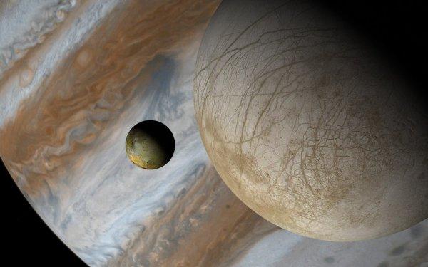 ASTRONOMIE INFO : DEUX SATELLITES DE PLUS POUR LA GÉANTE GAZEUSE JUPITER, elle compte maintenant 69 satellites. Les observations, menées par les astronomes Scott Sheppard et Chad Trujillo, ont eu lieu en mars 2016 et en mars 2017. Coup sur coup, avec le télescope de 6,5 m Magellan de Las Campanas (Chili) et le Subaru (8,2 m) à Hawaï, ils ont détecté l'existence de deux corps minuscules d'environ 1,5 km de diamètre. Ces satellites tournent en sens rétrograde autour de Jupiter et en suivant des orbites très inclinées, ce qui indique qu'ils ont été capturés par le champ gravitationnel de la planète géante. Les deux petits satellites sont aussi très loin de Jupiter et de ses célèbres lunes galiléennes : respectivement 20,6 et 23,5 millions de kilomètres. Baptisées provisoirement S/2016 J1 et S/2017 J1, ils mettent 1,65 an et 2 ans pour boucler leur révolution. En tout, Jupiter possède maintenant 69 satellites connus et reste la planète ayant le plus de lunes, après Saturne. (Sources NASA-JPL-C&E)