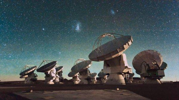 ASTRONOMIE INFO : L'OBSERVATOIRE ALMA DÉCOUVRE UN INGRÉDIENT DE LA VIE AUTOUR DE JEUNES ÉTOILES ! Depuis des décennies, des molécules prébiotiques pouvant servir directement comme briques de la vie ont plusieurs fois été découvertes dans l'espace grâce à la radioastronomie. Pour la première fois, Alma vient de débusquer de l'isocyanate de méthyle autour de protoétoiles de type solaire. Il s'agit de la toute première détection de cette molécule prébiotique à proximité de protoétoiles de type solaire, semblables à celle à partir de laquelle notre Système solaire a évolué. Cette découverte pourrait permettre aux astronomes de mieux comprendre les conditions d'émergence de la vie sur Terre ! (Sources ESO-FS)