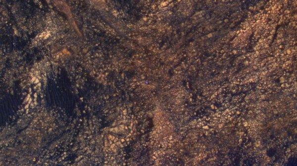 L'IMAGE DU JOUR : LE ROVER CURIOSITY APERCU DEPUIS L'ESPACE ! Le 5 juin 2017, la sonde Mars Reconnaissance Orbiter a repéré depuis l'espace le rover Curiosity à la surface de la planète rouge, c'est ce petit point bleu aux couleurs de la Nasa sur fond de paysage ocre martien. Sur l'image prise le 5 juin 2017, on devine le rover en train d'entamer son ascension du mont Sharp. Là, un peu plus en hauteur sur le mont, les équipes de la Nasa veulent étudier des affleurements rocheux contenant de l'hématite, un matériau qui se forme en présence d'eau. Depuis le 6 août 2012, voici 1717 jours martiens (appelés Sols) que Curiosity arpente la région du mont Sharp. (Sources : Nasa/JPL-Caltech/Univ. of Arizona)