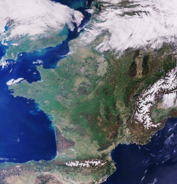 L'IMAGE DU JOUR : LA FRANCE SANS NUAGE VUE PAR LE SATELLITE SENTINEL-3. Sur le côté droit de l'image, on peut voir les Alpes couvertes de neige, tandis que les montagnes des Pyrénées sont visibles près du fond. À l'ouest des Alpes, une zone verte de montagnes et de plateaux est visible, le Massif Central. La région compte plus de 400 volcans, considérés par les scientifiques comme éteints. Sur le côté droit de l'image, la zone brun clair flanquée de zones sombres est le Rhin qui fait partie de la frontière française avec l'Allemagne. La zone sombre à l'est est la Forêt-Noire, et les Vosges la zone sombre à l'ouest. Cette image du 7 avril 2017 a été prise par l'instrument océanique et terrestre du satellite Copernicus Sentinel-3A. L'instrument surveille les écosystèmes océaniques, soutient la gestion des cultures, et fournit des estimations de l'aérosol et des nuages atmosphériques. (Source ESA)