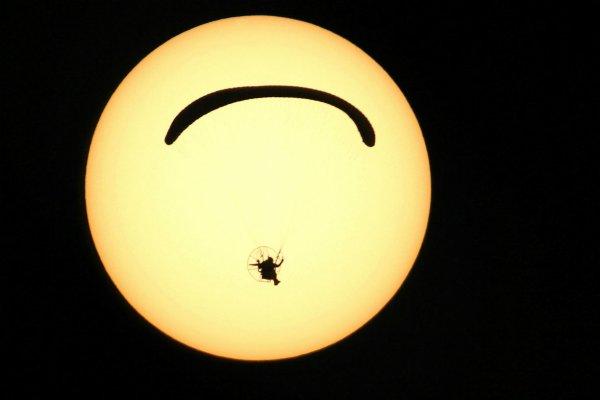 L'IMAGE DU JOUR : Un paramoteur surpris devant le Soleil par le photographe amateur Sébastien Lebrigand. La scène était improbable : un parapente à moteur passant devant le disque solaire. Le photographe a eu l'étonnante opportunité de la saisir en déclenchant à plusieurs reprises son appareil photo (un Canon EOS 60D) sur sa lunette de 103 mm. Parmi les clichés qu'il obtient, celui-ci montre le parapentiste en ombre chinoise devant le Soleil… parfaitement centré ! (Sources SL-C&E)