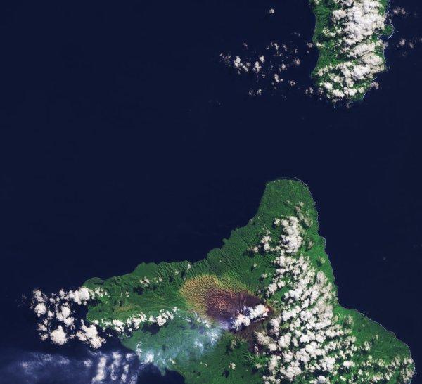 L'IMAGE DU JOUR : L'ILE AMBRYM, photographié par le satellite Sentinel-2A, dans l'archipel de Vanuatu dans l'océan Pacifique Sud, à environ 1700 km à l'est de l'Australie. Les îles que nous voyons sont la Pentecôte au nord et Ambrym au sud. En regardant de près le littoral, le blanc des vagues de rupture est plus évident sur les côtes est des îles que sur les côtes ouest. Il s'agit d'une observation commune sur les îles qui se trouvent dans la zone des alizés qui soufflent principalement des directions du sud-est dans l'hémisphère sud. En approfondissant la zone sombre sur Ambrym, on peut voir des lacs de lave à l'air chaud à travers les nuages. Ce volcan a deux cônes volcaniques actifs et on peut voir la fumée dériver sur l'océan à l'ouest. La dernière fois que le volcan Ambrym a éclaté c'était en 1913, entraînant l'évacuation des villes voisines. (Sources ESA-SENTINEL)