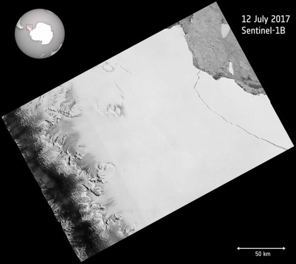 L'IMAGE DU JOUR : ANTARCTIQUE : l'un des plus grands icebergs jamais vu vient de se détacher ! C'est fait ! La fissure qui galopait ces sept derniers mois le long de la plateforme de glace Larsen C vient de rejoindre la mer. Un des plus grands icebergs jamais vu vient de naître. Aux premières loges pour l'observer, y compris durant la nuit australe et par mauvais temps, le satellite Sentinel-1. Comme en témoigne cette image radar du satellite, la fissure dans la plateforme de glace Larsen C est arrivée jusqu'au bout, détachant ainsi un iceberg géant, l'un des plus grands jamais observés. (Sources Copernicus Sentinel-ESA)