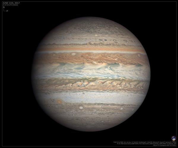 LES IMAGES DU JOUR : La planète géante gazeuse JUPITER ! PREMIÈRE IMAGE : La sonde Juno n'était qu'à 10 000 km au-dessus de la surface gazeuse de Jupiter quand elle a pris cette image. A l'échelle de la planète géante, d'un diamètre de 143 000 km, c'est du rase-mottes ! Résultat : on voit les volutes nuageuses qui serpentent dans cet anticyclone grand comme 1,5 fois la Terre avec un luxe de détails. DEUXIÈME IMAGE : Cette vue de Jupiter fait partie des meilleures photos jamais obtenues depuis le sol en lumière visible. Elle a été réalisée par une équipe de professionnels et d'amateurs à l'observatoire du Pic du Midi ! (Sources Juno-Nasa-JPL-Caltech/S2P-FC)