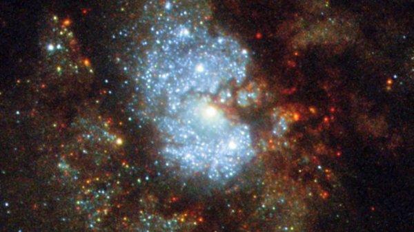 """L'IMAGE DU JOUR : Galaxie IC 342 est une cible cosmique difficile. Bien qu'elle soit lumineuse, la galaxie se trouve près de l'équateur du disque galactique de la Voie lactée, où le ciel est épais avec un gaz cosmique incandescent, des étoiles brillantes et des poussières obscures. Pour que les astronomes puissent voir la structure en spirale complexe d'IC 342, ils doivent parcourir une grande quantité de matière contenue dans notre propre galaxie ! En conséquence, IC 342 est relativement difficile à repérer, ce qui donne son surnom intrigant: le """"Galaxie caché"""". Situé très proche (en termes astronomiques!) de la Voie lactée, cette galaxie spirale serait parmi les plus brillants dans le ciel. La galaxie est très active, comme l'indique la gamme de couleurs visible dans cette image d'HUBBLE. On peut voir un beau mélange de régions chaudes et bleues formant des étoiles, des régions de gaz plus froides, et des zones sombres de poussière opaque, tout en remuant autour d'un noyau lumineux. En 2003, les astronomes ont confirmé que ce noyau était un type spécifique de région centrale connue sous le nom de noyau HII - un nom qui indique la présence d'hydrogène ionisé - qui est susceptible de créer de nombreuses nouvelles étoiles chaudes. (Sources NASA-HUBBLE-ESA)"""