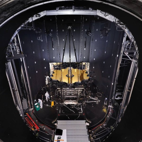 PRÊT A ÊTRE TESTER : LE TÉLESCOPE SPATIAL JAMES WEBB est préparé pour les essais de température cryogénique dans la chambre du centre spatial Johnson de la NASA au Texas. Le télescope JWST est conçu pour fonctionner à des températures très basses environ -230°C. Cela nous donnera une vue sans précédent de l'Univers à des longueurs d'ondes proches et moyennes infrarouges et permettra aux scientifiques d'étudier une grande variété d'objets célestes, allant des planètes dans le système solaire aux étoiles voisines, des galaxies voisines vers le plus loin L'Univers très lointain. JWST est un projet commun de la NASA, de l'ESA et de l'Agence spatiale canadienne et devrait être lancé en octobre 2018 depuis le port spatial européen de Kourou, en Guyane française. (Sources ESA-NASA)