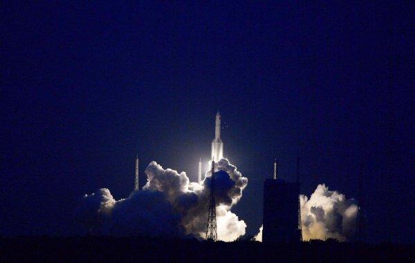 ESPACE INFO : ÉCHEC ! Le 2 juillet, la fusée chinoise Longue Marche 5 a décollé de la base spatiale de Wenchang, dans le sud du pays, mais n'a pas réussi à atteindre l'orbite ! Une anomalie s'est déclarée, vraisemblablement sur l'un des moteurs du premier étage et la fusée a échoué à placer sur orbite le satellite de communications expérimental Shijian 18. Les officiels chinois, avares en informations, n'en ont guère dit davantage. La fusée Longue Marche 5 est un élément essentiel du programme spatial chinois car elle doit permettre de satelliser les éléments de sa future station orbitale. Le premier de ceux-ci est prévu pour 2018. Et en novembre 2017, un troisième exemplaire de Longue Marche 5 devait lancer la sonde Chang'e 5 vers la Lune pour une mission de retour d'échantillons. Après cet échec, il semble probable que cette mission sera repoussée à 2018, même si les autorités spatiales chinoises n'ont encore fait aucune annonce à ce sujet. (Source Xinhua News)