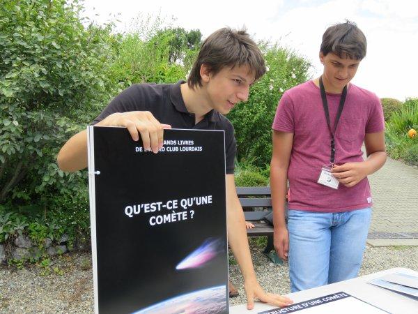 """LA SEMAINE DE L'ASTRONOMIE c'est aussi la présentation de la nouvelle exposition de l'Astro Club Lourdais, LES COMÈTES. Sur les photos suivantes l'atelier sur """"les comètes dans l'histoire"""" avec Alizée et """"Qu'est ce qu'une comète"""" avec Raphaël et Solal :"""