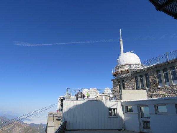 NOUVELLE MISSION au PIC DU MIDI sur CLIMSO le télescope solaire. CLIMSO est un instrument d'observation astronomique spécialisé dans l'étude du Soleil. Il réalise des CLIchés Multiples du SOleil, plus particulièrement de la surface et la couronne dans leur globalité. La dernière image montre le coucher de Soleil depuis le chemin de ronde du TBL... et sous les nuages derrière les petits sommets, Lourdes... Amis lourdais bonne nuit !