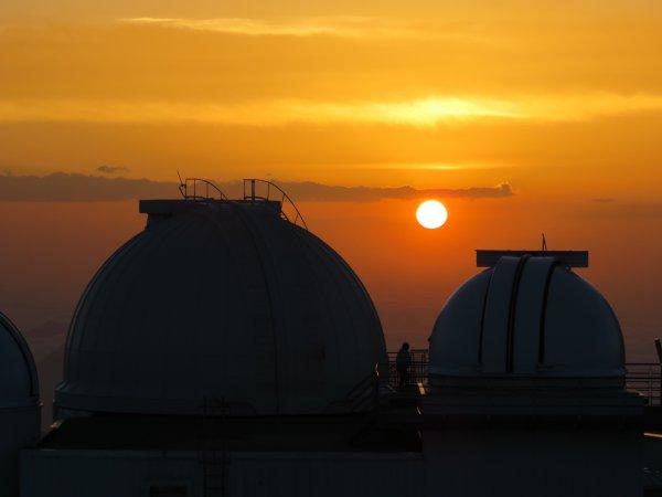 FIN DE MISSION avec l'ombre du Pic au Soleil couchant ! Protubérances actives dans sa couronne et tache à sa surface, notre étoile s'est laissé observé et photographié tout au long de cette journée avec les coronographes et lunettes solaires de CLIMSO !