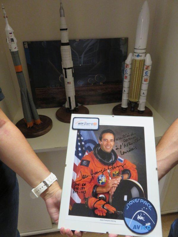 DÉDICACE A L'ASTRO CLUB LOURDAIS, de Jean-François CLERVOY, ingénieur français et spationaute à l'Agence spatiale européenne. Il est vétéran de trois missions spatiales avec la NASA (STS-103, STS-66, STS-84) et comptabilise 28 jours 3h 4min de mission cumulée dans l'espace. Merci à Louis, membre du Club, pour nous avoir ramené cette dédicace. C'est ce même Louis qui a volé à bord de L'AIRBUS A310 pour les vols Air Zero G avec le polo de l'Astro Club Lourdais ! (Vols paraboliques permettant d'obtenir jusqu'à 22 secondes d'apesanteur).