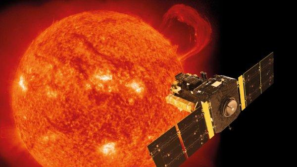 ASTRONOMIE INFO : Le c½ur du Soleil tourne quatre fois plus vite que sa surface ! La découverte d'un type particulier d'ondes sismiques dans le Soleil, grâce à des données du satellite SOHO, indique que son c½ur tourne sur lui-même en une semaine environ, contre 25 à 30 jours pour sa surface. Les astrophysiciens qui viennent de mesurer la vitesse de rotation interne du Soleil, en analysant seize ans et demi de données du satellite européen SOHO, ne s'attendaient pas à une vitesse si rapide. Le Soleil, comme la Terre, est parcouru d'ondes et de vibrations. Certaines ne sont que des frémissements qui courent à la surface. D'autres au contraire les traversent entièrement, comme ces battements de c½ur que l'on perçoit sur la peau. La détection de ces ondes est précieuse, car en les analysant finement il est possible de sonder la structure interne des corps célestes. Elles ouvrent des fenêtre sur des régions que nous ne pourrons jamais explorer ni voir. Dans le cas du Soleil, qui vibre beaucoup plus que la Terre compte-tenu de sa structure gazeuse, on distingue les ondes de pression – à haute fréquence, qui traversent les couches supérieures du Soleil –, des ondes de gravité qui sont plus amples et oscillent dans les régions plus profondes de notre étoile. Notre étoile, principale source d'énergie de la Terre et si proche, recèle encore bien des mystères. (Sources ESA-SOHO-NASA-C&E)