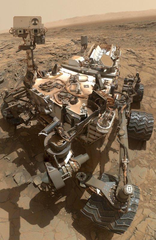 5 ANS DÉJÀ... JOYEUX ANNIVERSAIRE CURIOSITY ! Le 6 août 2012 à 7h du matin (heure de Paris), le rover Curiosity atterrissait sur Mars dans le Cratère Gale, au milieu d'une dépression de 150 km de diamètre et au pied d'une montagne de sédiments de 5 500 m d'altitude, le mont Sharp. Le 31 octobre 2012, Curiosity utilise la caméra MAHLI située au bout de son bras robotique pour prendre 55 images qui ont été assemblées ensuite pour constituer cet autoportrait. (Sources NASA/JPL-Caltech/Malin Space Science Systems).