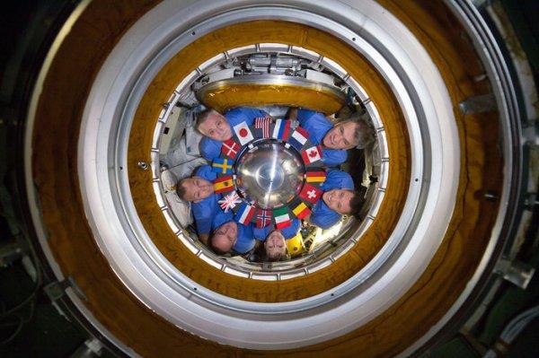 L'IMAGE DU JOUR : FORMATION CIRCULAIRE DANS L'ISS ! Dans le sens des aiguilles d'une montre, l'astronaute de l'ESA, Paolo Nespoli, les astronautes de la NASA, Jack Fischer et Peggy Whitson, le cosmonaute de Roscosmos, Sergei Ryazansky, l'astronaute Randy Bresnik de la NASA et le cosmonaute de Roscosmos, Fyodor Yurchikhin, posent pour une photo dans la section russe de la Station spatiale internationale. Les six sont situés autour des drapeaux des nations qui ont construit et maintenu la station: États-Unis, Russie, France, Canada, Allemagne, Suisse, Belgique, Italie, Norvège, Pays-Bas, Royaume-Uni, Espagne, Suède, Danemark et Japon. Le mois prochain, Fyodor, Peggy et Jack se désarrimeront de la station dans leur vaisseau spatial Soyouz MS-04 et retourneront à Terre, en laissant Paolo, Randy et Sergei, qui deviendront l'Expédition 53/54 lorsqu'ils seront rejoints par un nouveau trio: le cosmonaute et le commandant du Soyouz Alexander Misurkin et les astronautes de la NASA Mark VandeHei et Joseph Acaba. (Sources NASA-ESA)