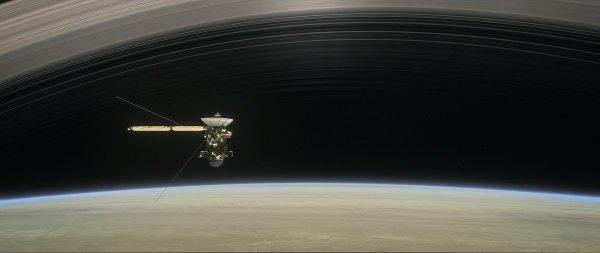 ASTRONOMIE INFO : LA SONDE CASSINI est passé brièvement à travers la haute atmosphère de Saturne, entamant le premier des cinq tours de la planète qu'il lui reste à faire avant d'y plonger et y disparaître définitivement, obligeant la sonde à utiliser ses propulseurs pour conserver son altitude. Ce passage rapproché est le premier des cinq qui sont programmés avant le plongeon final de Cassini dans Saturne, le 15 septembre 2017. Ce jour là, dans le ciel de la géante, la sonde lancée en 1997 achèvera sa mission comme une étoile filante ! Les prochains survols de Saturne auront lieu les 20 août, 27 août, 2 septembre et 9 septembre. A chaque fois, Cassini utilisera ses instruments scientifiques pour étudier la planète, ses anneaux qu'elle croisera à 6000 km, et bien sûr son atmosphère dont elle pourra étudier des échantillons in situ. Une première ! (Sources NASA-CASSINI-JPL-C&E)