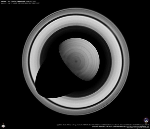L'IMAGE DU JOUR : SATURNE DEPUIS LE PIC DU MIDI ! On dirait une vue de la planète prise par la sonde Cassini, mais elle a bel et bien été prise depuis l'observatoire du Pic du Midi. L'image a été traitée par l'astronome amateur Roumain Constantin Sprianu à l'aide du logiciel Winjupos. Ce freeware permet en effet de faire des projections polaires. Et puisque Saturne est actuellement incliné à plus de 25° vers la Terre, ça fonctionne bien, des détails sont visible jusqu'au pôle et un peu au-delà. Pour obtenir ces photos, Constantin Sprianu a participé mi-juin à une mission d'observation sur le télescope de 1 mètre de l'observatoire du Pic du Midi. Il s'agit d'un programme de collaboration entre professionnels et amateurs financé par Europlanet. Ce consortium Européen est d'ailleurs né de l'exploration de Saturne à travers la collaboration entre les scientifiques Européens de la mission Cassini. (Sources S2P-CS-C&E)