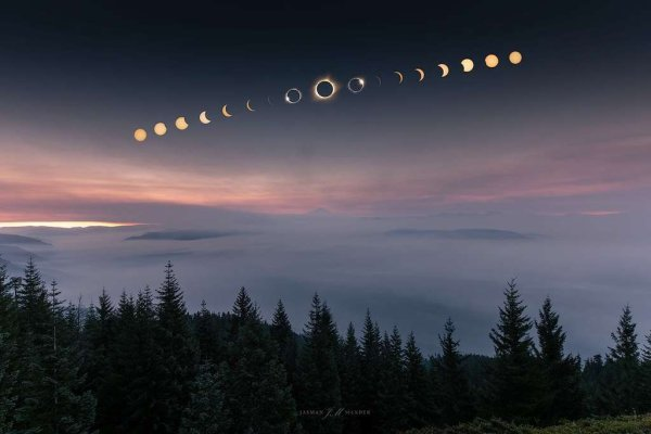 SIX NOUVELLES IMAGES DE L'ECLIPSE TOTALE DU 21 AOUT DEPUIS LES ÉTATS UNIS ! Sur la première photo la Lune passe devant le Soleil et à cet instant la Station spatiale internationale passe aussi. La silhouette de l'ISS épaulée de ses immenses panneaux solaires se distingue des taches solaires aux contours moins nets. Au même moment, les astronautes à bord de la Station voient une tache sombre glisser sur la Terre... (Sources ESA-NASA-SSI)