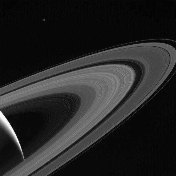 L'IMAGE DU JOUR : TÉTHYS UNE LUNE DE SATURNE VUE PAR LA SONDE CASSINI à une distance d'environ 1,2 million de kilomètres de Saturne ! Cassini regarde à travers les anneaux glacés de Saturne vers la lune glacée Téthys. Un morceau d'hémisphère nord éclairé par la lune est vu au sommet. Un coin lumineux du côté éclairé par Saturne est vu en bas à gauche. L'échelle d'image est de 70 kilomètres par pixel sur Saturne. L'échelle d'image sur Téthys est d'environ 90 kilomètres par pixel. (Sources NASA-CASSINI)