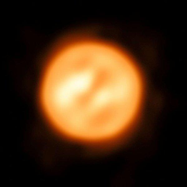 L'IMAGE DU JOUR : L'EXTRAORDINAIRE IMAGE DE LA SUPERGÉANTE ROUGE ANTARES ! Visible l'été, vers le sud, reconnaissable à sa teinte rouge, l'étoile Antarès est passée devant un des meilleurs photographes du monde : le VLTI, qui combine la luminosité collectée par plusieurs télescopes géants. Le résultat est un portrait sans précédent, offrant une cartographie des gaz en mouvement à sa surface. C'est la toute première image d'une telle qualité pour une étoile autre que le Soleil. Antarès, une supergéante rouge, 12 fois plus massive que le Soleil et 700 fois plus grande. Des turbulences de gaz de faible densité ont été détectées à de plus grandes distances du centre de l'étoile que prévu. Elles ne sont pas liées à la convection et leur processus reste inconnu. Au cours de sa vie, relativement courte, l'étoile aurait perdu l'équivalent de trois masses solaires. Plus elle grandit, plus la densité à sa surface diminue, et plus elle se refroidit. Dans peu de temps — à l'échelle astronomique —, elle deviendra une supernova (effondrement de l'étoile sur son c½ur). Sans doute, une des prochaines que l'humanité pourra voir ! (Sources VLTI-ESO-FS)