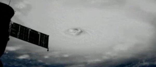 LA TERRE VUE DE PUIS L'ESPACE : EFFRAYANT ! L'ouragan Irma a été classé mardi après-midi en catégorie 5, la plus importante, après s'être renforcé avec des rafales à 360 km/h, un record pour l'Atlantique. Il devrait toucher les Antilles françaises ce mercredi matin. Saint-Martin et Saint-Barthélémy ont été placées en vigilance violette. (Source AFP-SENTINEL 2A-SSI)