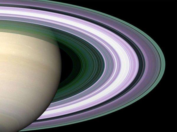 L'IMAGE DU JOUR : LES ANNEAUX DE SATURNE EN FAUSSES COULEURS PAR CASSINI ! Chaque couleur renseigne sur la taille des particules qui les composent. La couleur pourpre indique des régions où il y a un manque de particules de taille inférieure à 5 centimètres, tandis que les nuances de vert et de bleu indiquent des régions où il y a des particules inférieures à 5 centimètres, voire 1 centimètre. La connaissance de la masse totale des anneaux est donc un paramètre essentiel pour faire la différence entre deux scénarios (les anneaux qui entourent la planète sont jeunes, et il s'agit d'un petit objet capturé, comme une comète qui, par effet de marée s'est complètement désintégrée, OU les anneaux sont aussi vieux que la planète) et retracer l'histoire de leur formation. Les dernières données laissent à penser que les anneaux sont faiblement massifs, ce qui accréditerait le scénario d'une formation récente. (Sources Nasa-JPL)