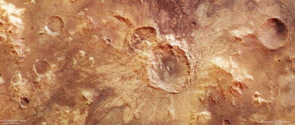 L'IMAGE DU JOUR : CRATÈRE D'IMPACT RICHE EN EAU SUR MARS ! Ce cratère a une largeur de 32 km et a été formé au moment où l'environnement martien était beaucoup plus humide, vu la nature fluidisée des débris fouillés. Les images ont été acquises par la sonde Mars Express, la résolution au sol est d'environ 21m/pixel. Dans cette orientation, le nord se trouve à droite. (Sources ESA-NASA-MARS EXPRESS)