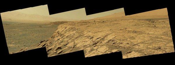 L'IMAGE DU JOUR : Curiosity attaque la montagne… martienne ! Sur la planète Mars, le robot Curiosity a commencé à grimper sur les flancs du mont Sharp. Le 12 septembre 2017, sa caméra a pris une belle vue panoramique sur le cratère Gale.  Après avoir passé cinq ans à arpenter le fond du cratère martien Gale, le robot de la Nasa Curiosity est maintenant entré dans les étapes de montagne. Il est donc arrivé au sommet d'une crête baptisée récemment Vera Rubin. Sa caméra scientifique a pris une série de clichés en couleurs qui, assemblées en panorama, dévoilent une vue déjà spectaculaire sur le fond du cratère Gale. Altitude : 300 m  En escaladant cette crête rocheuse, l'engin a gagné d'un coup 65 m en altitude. Et depuis les premiers jours de septembre 2017, Curiosity s'est élevé d'environ 300 m par rapport au fond du cratère. Depuis son atterrissage sur Mars le 6 août 2012, le robot a parcouru 17,4 km.  Ses instruments vont pouvoir étudier de près les plus hautes strates qui constituent la crête et qui sont composées d'hématite, un minéral déjà identifié par Opportunity, un autre robot de la Nasa, et dont la formation nécessite l'action de l'eau. (Sources NASA-ESA-C&E)