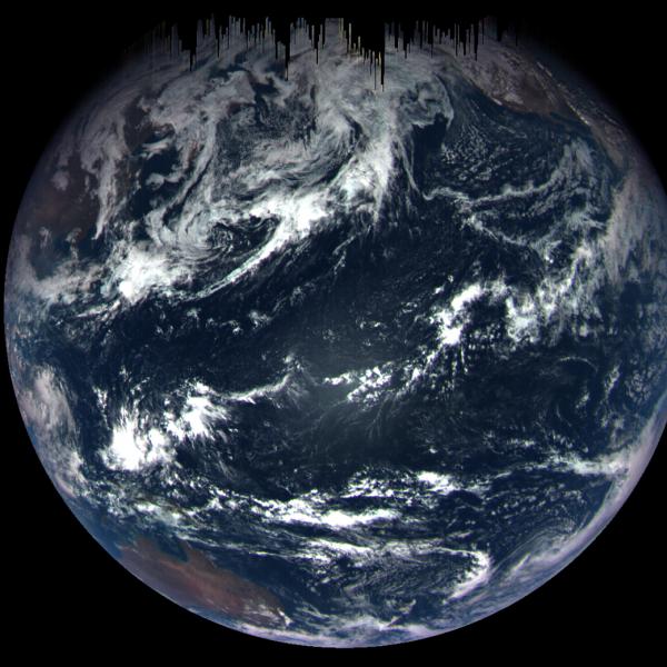 L'IMAGE DU JOUR : La Terre vue par la sonde OSIRIS-REX le 22 septembre 2017 ! En passant au ras de notre planète, la sonde américaine a pris un cliché qui montre l'océan Pacifique et l'Australie, depuis une distance de 170.000km de la Terre. Le Pacifique occupe tout le centre du disque planétaire. Sur les bords, on reconnaît l'Australie (en bas à gauche) et la péninsule mexicaine de Basse-Californie (en haut à droite). Les franges noires du haut de l'image sont dues à des temps d'exposition très brefs. Un peu plus d'un an après son lancement en direction de l'astéroïde Bennu, la sonde Osirix-Rex était seulement à quelques milliers de kilomètres de la Terre… Et elle prenait ce cliché de notre planète tout entière. Le fait a de quoi surprendre mais c'est un grand classique en matière de vol interplanétaire. Partie le 8 septembre 2016, Osiris-Rex a d'abord accompli une orbite autour du Soleil avant de revenir naturellement au voisinage de la Terre. Sa vitesse était déjà élevée mais, en venant frôler la planète, elle a profité de son énergie gravitationnelle pour accélérer encore et se propulser vers Bennu, qu'elle doit rejoindre en 2018 pour lui prélever quelques grammes de roche (retour sur Terre des échantillons prévu en 2023). (Sources NASA-Goddard Space Flight Center/Univ. of Arizona-C&E)