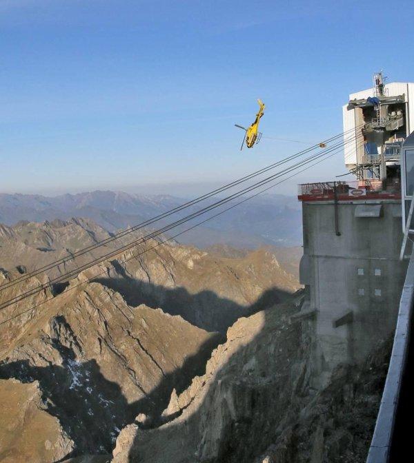 TRAVAUX AU PIC DU MIDI ! Les pieds au-dessus du vide au belvédère du Pic du Midi. Les travaux de l'hyper-belvédère du Pic du Midi (2 877 mètres de haut) ont commencé. Cette passerelle de 12 mètres de long au-dessus du vide ouvrira au public dès décembre 2017. Sous les pieds du visiteur, une vitre située 1 000 mètres au-dessus de la piste de freeride sur l'un des plus beaux panoramas de la chaîne des Pyrénées. (Sources PdM-PG)