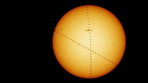 L'IMAGE DU JOUR : LE SOLEIL, LA STATION SPATIALE ET… UN OISEAU ! Prendre une image de la Station spatiale internationale en passant devant le Soleil, la Lune ou les planètes est un passe-temps populaire pour les astrophotographes. Cela nécessite une planification, une patience et une bonne chance. La caméra doit être installée au bon moment au bon endroit pour capturer la station spatiale alors qu'elle passe à 28.800km/h. À de telles vitesses, le photographe a seulement quelques secondes pour capturer le transit et, si des nuages bloquent la vue, il faut attendre quelques semaines plus tard. Cette photographie a été prise par le club d'astronomie du Centre européen d'astronomie spatiale de l'ESA, près de Madrid. Bien qu'il y ait des nuages clairs, un oiseau a survolé les 1,2 secondes qu'il a fallu passer la station devant le Soleil. La Station vole autour de la Terre à environ 400km, permettant au club d'astronomie de calculer que l'oiseau volait à 86m de l'objectif de la caméra. La différence de taille et de distance fait que l'oiseau et la station spatiale apparaissent de la même taille. (Source ESA)