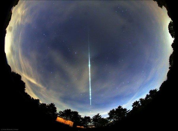 L'IMAGE DU JOUR : UNE BOULE DE FEU BRILLANTE A ÉTÉ VUE SUR LES PAYS-BAS ET LA BELGIQUE LE 21 SEPTEMBRE A 21h. Il a été causé par un petit météore, estimé à environ plusieurs centimètres, entrant dans l'atmosphère terrestre en brûlant. La boule de feu a été capturée par un certain nombre de stations de caméras tournée vers le ciel du réseau de surveillances des météorites néerlandais-belge Ils utilisent des caméras photographiques automatisées avec des lentilles de poisson pour capturer des images du ciel nocturne sur des nuits claires. Cette image remarquable a été capturée par l'une des stations, à Ermelo, exploité par Koen Miskotte. L'image fournit également des informations sur la décélération du météorite dans l'atmosphère. Dans ce cas, il est entré dans l'atmosphère à 31km/s et a ralenti à 23km/s au moment où il a disparu (car il avait complètement brûlé) à 53km d'altitude. Le sentier de l'étoile brillante juste en dessous de la pointe de la boule de feu est Arcturus. L'étoile brillante près du centre de l'image juste à gauche est Vega. (Source ESA)