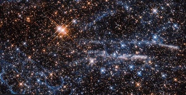 L'IMAGE DU JOUR : LES BULLES DANS L'ESPACE ! À une distance de seulement 160.000 années-lumière, le grand nuage de Magellan (LMC) est l'un des compagnons les plus proches de la Voie lactée. Il abrite également l'une des régions les plus importantes et les plus intenses de formation d'étoiles actives qui se trouvent dans notre quartier galactique - la nébuleuse de la Tarantule. Cette image du télescope spatial HUBBLE montre à la fois les filaments de gaz spindly et spidery qui ont inspiré le nom de la région et la structure intrigante des « bulles » empilées qui forment la nébuleuse Honeycomb (en bas à gauche). La nébuleuse en nid d'abeille a été trouvée par les astronomes, utilisant le télescope de la nouvelle technologie de l'ESO. Cette nébuleuse a une forme étrange et diverses théories ont été proposées pour expliquer sa structure unique, d'autres plus exotiques que d'autres. En 2010, un groupe d'astronomes a étudié la nébuleuse et, en utilisant l'analyse avancée des données et la modélisation informatique, est venu à la conclusion que son apparence unique est probablement due à l'effet combiné de deux supernovae - une explosion plus récente a percé la coque en expansion du matériau créé par une explosion plus ancienne. L'apparence particulièrement frappante de la nébuleuse est supposée être due à un angle de vision fortuit; l'effet nid d'abeilles des coquilles circulaires peut ne pas être visible d'un autre point de vue. (Sources NASA-HUBBLE-ESA)