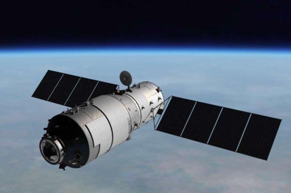 L'INFO ASTRO DU JOUR : La station spatiale chinoise Tiangong 1 va s'écraser sur Terre, mais où ? Lancé en septembre 2011, Tiangong 1 est le premier module orbital lancé par la Chine. Lui et Tiangong 2, lancé en septembre 2016, préfigurent les futurs modules de la Station spatiale chinoise prévue à l'horizon 2020. La descente incontrôlée de la station chinoise désaffectée Tiangong 1 se poursuit inexorablement depuis septembre 2016. Cet engin de plus de huit tonnes tourne autour de la Terre avec une orbite dont l'inclinaison par rapport à l'équateur est d'environ 45°. Aucun propulseur n'étant opérationnel à bord, ce gros module voit son altitude et sa vitesse diminuer du fait du frottement de l'air, rare mais présent. La Station spatiale internationale elle-même (à environ 400 km) doit être régulièrement rehaussée. C'est en cela que la descente est incontrôlée : c'est la très haute atmosphère qui décidera du moment du plongeon final. (Source CNSA)