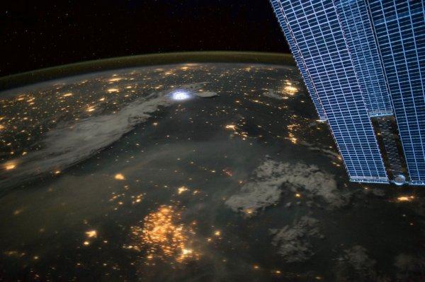L'IMAGE DU JOUR : FOUDRE ! Éclair capturé sur une photographie par l'astronaute de l'ESA Paolo NESPOLI à bord de la Station Spatiale Internationale. La troisième et dernière mission de Paolo à la station spatiale s'appelle Vita, qui signifie «vie» en italien, et reflète les expériences de Paolo et la notion philosophique de vivre dans l'espace - l'un des endroits les plus inhospitaliers pour l'homme. (Source ESA)