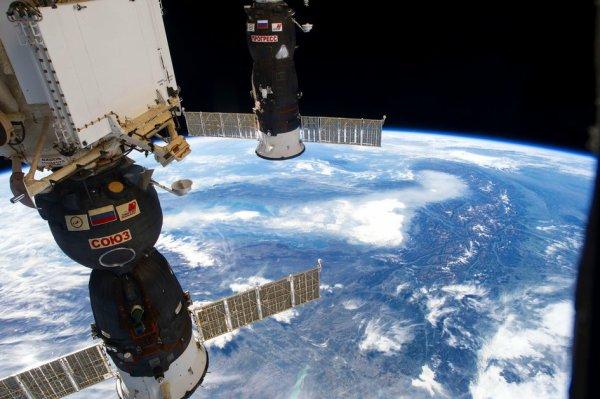 L'IMAGE DU JOUR : DEUX VAISSEAUX SPATIAUX RUSSES PROFITENT D'UNE BALADE SUR LES ALPES DANS CETTE IMAGE PRISE DEPUIS LA STATION SPATIALE INTERNATIONALE. Sur la gauche se trouve le Soyouz MS-05 qui a amené l'astronaute de l'ESA Paolo NESPOLI et ses coéquipiers l'astronaute de la NASA Randy BRESNIK et le cosmonaute Sergey RYAZANSKY à la station en juillet. Sur la droite se trouve le véhicule de transport russe Progress 68P, qui s'est amarré à la station avec de nouvelles fournitures à la mi-octobre. Les deux véhicules reviendront sur Terre en décembre, à une semaine d'intervalle, avec le Progress qui se consume lors de la rentrée et l'atterrissage de Soyouz dans la steppe kazakhe avec Paolo, Randy et Sergey. (Source ESA-SSI)