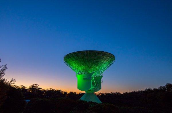 L'IMAGE DU JOUR : VERT FANTOMATIQUE ! Juste à temps pour Halloween cette semaine : une station verte de suivi de l'espace lointain ! Cette image a été prise à la station New Norcia, à quelque 120 km au nord de Perth, en Australie occidentale. Le «vert fantomatique» a été créé en reflétant un projecteur sur l'antenne et la structure de l'espace profond de 35 m de diamètre. La station communique régulièrement avec les vaisseaux spatiaux en orbite autour de Mars ainsi qu'avec les missions d'observation Gaia et XMM de l'ESA. À l'avenir, il sera relié à BepiColombo à Mercure et à l'observatoire astronomique Euclide. Depuis août, la station exploite en partie un nouveau système d'énergie solaire qui, associé à un système local de recyclage de l'eau, contribue à renforcer la durabilité de la centrale et à réduire son impact sur l'environnement. (Source ESA)