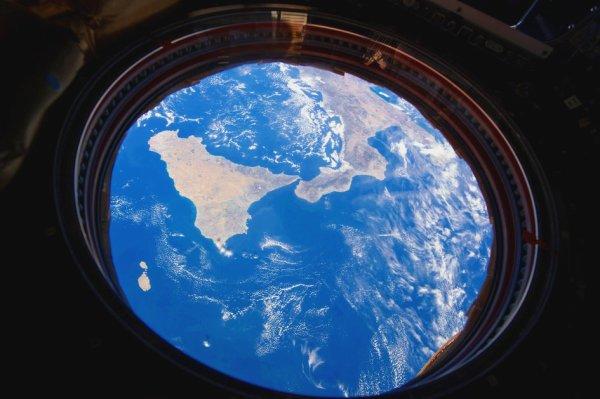 L'IMAGE DU JOUR : ITALIE DU SUD ET SICILE DEPUIS LE HUBLOT DE LA SSI ! Le sud de l'Italie et la Sicile vu par l'astronaute de l'ESA Paolo NESPOLI à bord de la Station spatiale internationale. Paolo travaille et vit actuellement à bord de la Station spatiale internationale dans le cadre de la mission VITA de longue durée de l'Agence spatiale italienne. (Source ESA-SSI)