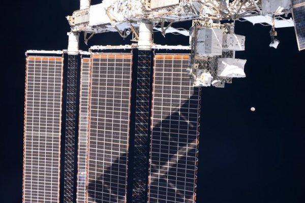 L'IMAGE DU JOUR : REGARDE LA LUNE ! Une pleine lune est un spectacle à voir sur ou hors de la planète. L'astronaute de l'ESA Paolo NESPOLI n'a pas manqué l'occasion de photographier celui-ci. Pris à partir de la Station spatiale internationale - ses panneaux solaires occupent une grande partie du cadre - la Lune parvient toujours à attirer l'attention.(Source ESA-SSI)