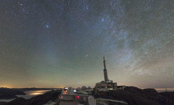 L'IMAGE ASTRO DU JOUR : L'ÉTRANGE LUEUR DITE DU GEGENSCHEIN (lueur opposée, en allemand) s'étire entre le télescope de 1 m du Pic du Midi et l'amas des Pléiades ! Pour la débusquer, il est nécessaire de bénéficier d'un ciel d'excellente qualité. C'était le cas le 30 octobre 2017 sur ce sommet des Pyrénées. Quelques halos de lumière apparaissent à l'horizon, mais la plus grande partie de la pollution lumineuse est confinée sous une mer de nuages généralisée alentour. C'est dans de telles conditions que se dévoile la fragile lueur du Gegenschein, elle est si fragile qu'elle n'est que rarement observée. Le Gegenschein est le reflet des poussières situées dans la direction opposée au Soleil. Il est donc le prolongement de la lumière zodiacale, c'est-à-dire la lumière diffusée par un nuage de poussières très ténu situé tout autour du Soleil. Sans cesse alimenté par les comètes, ce nuage est plus dense et plus lumineux dans la direction du Soleil. Il est donc bien visible à l'aube vers l'est, et au crépuscule vers l'ouest sous la forme d'un pilier lumineux en forme de menhir. (Sources PdM-JLD-C&E)