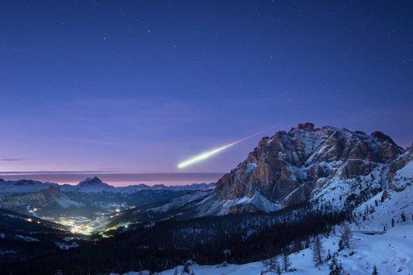 L'IMAGE ASTRO DU JOUR : Le 14 novembre 2017 vers 16h45 GMT, un météoroïde de la taille d'un ballon de football est entré dans l'atmosphère terrestre à environ 50km au nord-est de Darmstadt, en Allemagne. Il a créé une boule de feu lumineuse dans le ciel, qui a été vue par des milliers de personnes en Allemagne, en France, en Suisse, en Autriche et au Luxembourg, et a été largement rapportée par les médias. Cette image remarquable a été prise par Ollie Taylor, un photographe de Dorset, Royaume-Uni, qui se trouvait sur un tournage en Italie, dans les Dolomites. La scène de paysage montre le village de La Villa, Alta Badia, avec Ursa Major vu dans le ciel de fond. De petits morceaux de roche pénètrent dans notre atmosphère tous les jours. Estimée à au moins 70.000km/h, il a surchauffé les molécules d'air qui se sont décélérées, créant ainsi une boule de feu très lumineuse. Quatre autres aérolithes ont été signalés en France et aux Etats-Unis du 14 au 15 novembre, et la boule de feu sur Luxembourg pourrait être liée à la pluie de météores Taurides, selon l'organisation. (Source ESA)