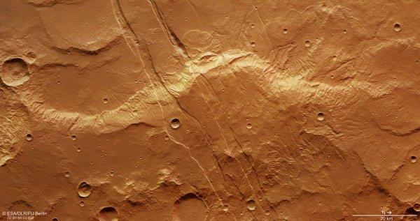 L'IMAGE ASTRO DU JOUR : FRACTURES DE SIRENUM FOSSAE SUR MARS, situé à environ 1800 km au sud-ouest de la vaste région volcanique de Tharsis. Les caractéristiques de ces fractures sont associées à des contraintes tectoniques liées à l'activité volcanique de la région. Les images ont été acquises par la caméra stéréo haute résolution de la sonde MARS EXPRESS. La résolution au sol est d'environ 14m/pixel. (Source ESA-ME)