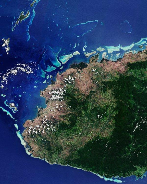 LA TERRE VUE DE L'ESPACE : LOIN DE CHEZ NOUS, VITI LEVU, ÎLES FIDJI. Le satellite Copernicus Sentinel-2B nous emmène en République de Fidji dans l'océan Pacifique Sud. Une partie de la plus grande île des Fidji, Viti Levu, est représentée ici, avec des récifs coralliens tachetés d'eau. Façonné par l'activité volcanique et les tremblements de terre, le centre de l'île est dominé par les forêts et une chaîne de montagnes. Le plus haut sommet, le mont Tomanivi, atteint plus de 1320m et est situé sur le côté central-droit de l'image. Alors que la zone à l'est de la chaîne de montagnes reçoit de fortes pluies, le côté ouest représenté ici est dans «l'ombre de la pluie», ce qui signifie que les montagnes bloquent les nuages de pluie, laissant cette région plus sèche que l'est. Avec plus de 300 îles, les zones côtières basses de l'archipel fidjien sont menacées par l'élévation du niveau de la mer - une conséquence dévastatrice du changement climatique. (Sources ESA-Copernic Sentinel)
