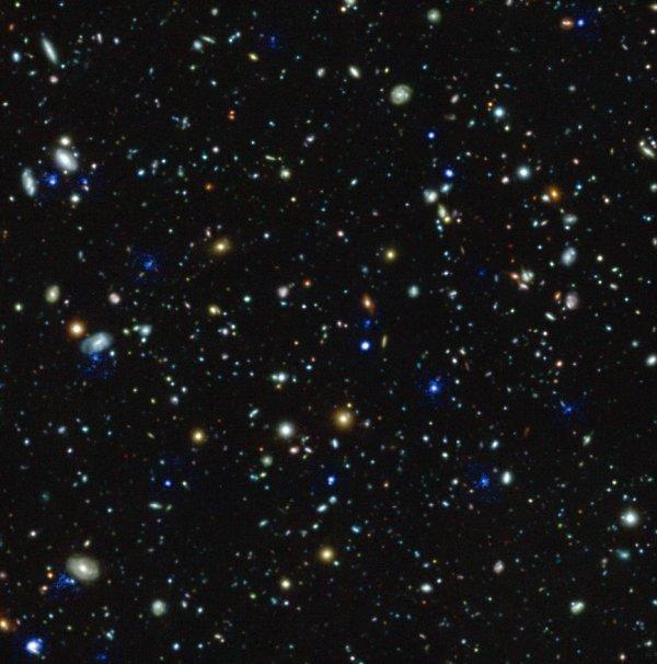 L'IMAGE ET L'INFO ASTRO DU JOUR : Le Very Large Telescope perce les confins de l'Univers ! Jamais aucun instrument n'avait analysé la lumière de galaxies aussi lointaines. L'instrument MUSE installé sur le Very Large Telescope, au Chili, vient en effet de repousser les limites de notre connaissance de l'Univers visant pendant des dizaines d'heures le champ de galaxies baptisé Hubble Ultra Deep Field. Ce champ de galaxies est situé dans la constellation du Fourneau, dans une zone presque totalement dépourvue d'étoiles. Les galaxies les plus lointaines visibles dans l'image de Hubble se situent à 13 milliards d'années-lumière. Nous les voyons donc telles qu'elles étaient lorsque l'Univers avait à peine 1 milliard d'années d'existence. En visant la même zone, Muse a été capable de mesurer la distance de 1600 galaxies. Il a ainsi multiplié par 10 le nombre de spectres dans cette zone. Mieux : 72 objets inconnus jusque-là ont été détectés par Muse. Il s'agit de galaxies émettant principalement de la lumière dans une raie ultraviolette de l'hydrogène. Ces galaxies sont très intéressantes car le mécanisme de leur formation n'est pas bien compris. (Sources ESO/Muse HUDF-C&E)
