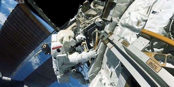 L'INFO ASTRO DU JOUR : UNE BACTÉRIE DÉCOUVERTE DANS L'ESPACE SUR L'ISS ! Les scientifiques russes qui ont étudié les échantillons rapportés sur Terre s'interrogent sur leur origine terrestre ou extraterrestre ?! Un échantillon a été rapporté sur Terre pour être étudié. Il a été collecté avec des cotons-tiges lors de l'un des examens réguliers de la surface externe de la Station spatiale internationale (ISS). Ces bactéries ont été trouvées dans des dépôts de déchets de carburant déchargés par les moteurs. Il s'avère maintenant que ces échantillons révèlent des bactéries qui étaient absentes sur le module de l'ISS lors de son lancement. Elles se sont donc déplacées dans l'espace pour venir s'accrocher sur la partie extérieure du revêtement de la Station. Il semble qu'elles ne présentent aucun danger ! Sur la photo l'astronaute Shane Kimbrough photographié par Thomas Pesquet lors de leur sortie dans l'espace le 13 janvier 2017. (Sources ESA-NASA-ISS)