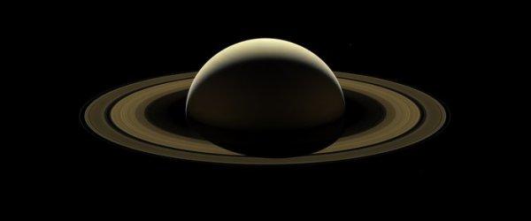 L'IMAGE ASTRO DU JOUR : L'ADIEU DE LA SONDE CASSINI A SATURNE. Dans un adieu approprié à la planète qui avait été sa maison pendant plus de 13 ans, le vaisseau spatial international CASSINI a pris un dernier regard sur Saturne et les anneaux splendides pendant la dernière partie de son voyage. La mission s'est achevée le 15 septembre dernier avec une plongée spectaculaire dans l'atmosphère de la planète. Deux jours plus tôt, il a capturé des images grand angle pour couvrir la planète et ses anneaux principaux d'un bout à l'autre. Les lunes Prométhée, Pandore, Janus, Epiméthée, Mimas et Encelade font aussi une faible apparition en arrière-plan ! Cassini était à 1,1 million de km de Saturne, lors de son approche finale de la planète. L'échelle d'image sur Saturne est d'environ 67km/pixel. L'échelle de l'image sur les lunes varie de 59km/pixel à 80km/pixel. (Sources ESA-NASA et l'agence spatiale italienne ASI)