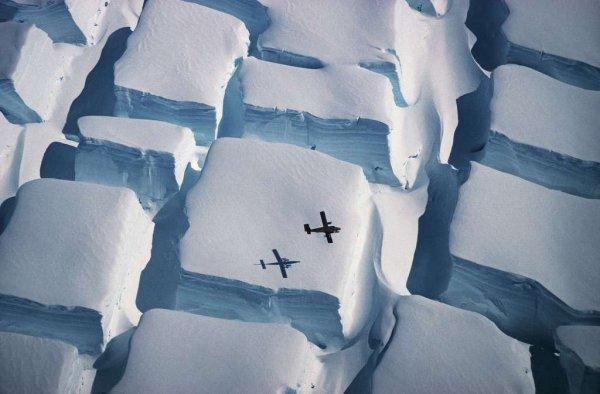 L'IMAGE DU JOUR : Avec une ancienne photo d'une beauté exceptionnelle de l'Antarctique comme vous ne l'avez jamais vu ! L'auteur de cette photo est Peter Convey, un écologiste travaillant notamment pour le British Antarctic Survey. Son cliché, primé par ailleurs dans la catégorie « Science de la Terre et climatologie » date du début de l'année 1995 et a été pris au-dessus du sud de la péninsule antarctique. Il montre, grâce à l'avion qui survole le paysage, l'ampleur des crevasses bidirectionnelles pouvant se former dans la glace. Photo intitulée Icy Sugar Cubes (Sources Peter Convey, British Antarctic Survey)