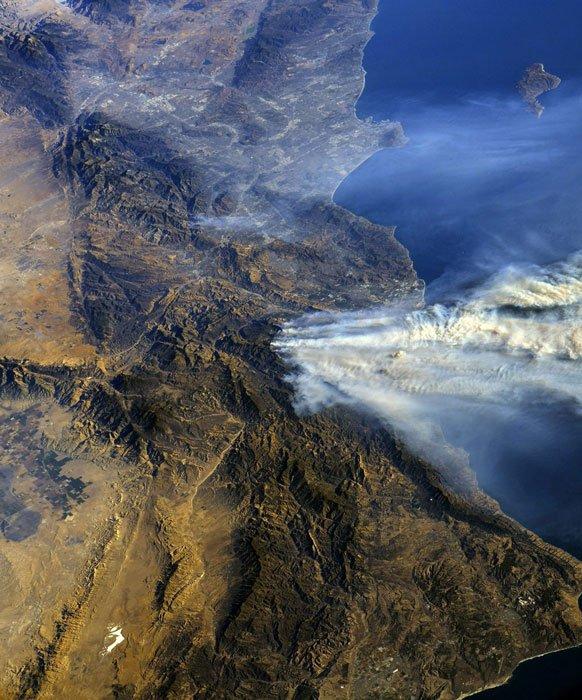 L'IMAGE DU JOUR : LES INCENDIES DE CALIFORNIE VUS DE L'ISS Les feux qui ravagent la côte de la Californie, aux États-Unis, ont été photographiés par les astronautes de la station spatiale internationale (ISS). Plus de 200 000 personnes évacuées, au moins une victime et une situation hors de contrôle. Tel est le bilan provisoire des gigantesques incendies qui font rage près de Los Angeles, sur la côte Pacifique des États-Unis. L'ampleur du sinistre est telle que depuis l'espace l'astronaute américain Randy Bresnik, actuellement dans la station spatiale internationale, en a pris des photos impressionnantes. Sur celle-ci (le sud est en haut et le nord en bas), le panache de fumée recouvre toute une région située au nord de Los Angeles (partiellement visible à la limite supérieure du cliché). Les flammes débutent en bordure nord de la ville de Fillmore, au centre. Les villes de Santa Paula, de Camarillo et toutes celles qui les jouxtent jusqu'à l'océan Pacifique (à droite), sont sous la fumée. (Sources ESA-NASA-ISS-C&E)