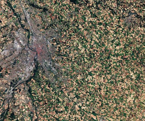 LA TERRE VUE DE L'ESPACE : PRES DE CHEZ NOUS,TOULOUSE, PAR LE SATELLITE COPERNICUS SENTINEL-2A. La Ville Rose, en raison de la couleur des briques en terre cuite couramment utilisées dans l'architecture locale, même de l'espace, la teinte rosâtre est évidente. En haut à gauche on voit les pistes de l'aéroport de Toulouse-Blagnac. La route aérienne vers l'aéroport de Paris Orly est l'une des plus fréquentées d'Europe. Les champs qui recouvrent la campagne dominent l'image. En fait, la France est la première puissance agricole de l'UE et abrite environ un tiers de toutes les terres agricoles de l'UE. Alors que l'agriculture apporte des avantages pour l'économie et la sécurité alimentaire, elle met l'environnement sous pression. Les satellites peuvent aider à cartographier et surveiller l'utilisation des terres, et les informations qu'ils fournissent peuvent être utilisées pour améliorer les pratiques agricoles. (Sources ESA-Copernic Sentinel)