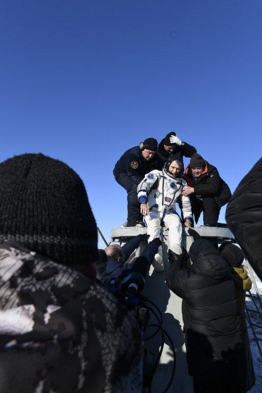 L'INFO ET LES IMAGES DU JOUR : Ce 14 décembre, l'astronaute italien de l'Agence spatiale européenne est revenu sur Terre après 139 jours dans l'espace à bord de la station spatiale internationale. Il n'y a plus d'Européen dans l'espace. Après 139 jours passés dans la station spatiale internationale (ISS), l'astronaute Paolo Nespoli est revenu sur Terre à bord du Soyouz MS-05. Le module de rentrée du vaisseau russe a touché le sol enneigé du Kazakhstan par une température de -16°C, qui contrastent avec 1600°C endurés par le bouclier thermique lors du retour dans l'atmosphère à 28000 km/h, quelques minutes plus tôt. Paolo Nespoli est revenu sur Terre en compagnie de l'Américain Randy Bresnik et du Russe Sergueï Ryazansky. Il a bouclé 2224 orbites autour de la Terre et parcouru pour cela 94 millions de kilomètres. L'Italien, âgé de 60 ans, a effectué trois missions spatiales et passé en tout 313 jours en orbite. (Sources ESA-NASA-ISS-C&E)